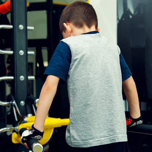 Rapaz a treinar em ginásio